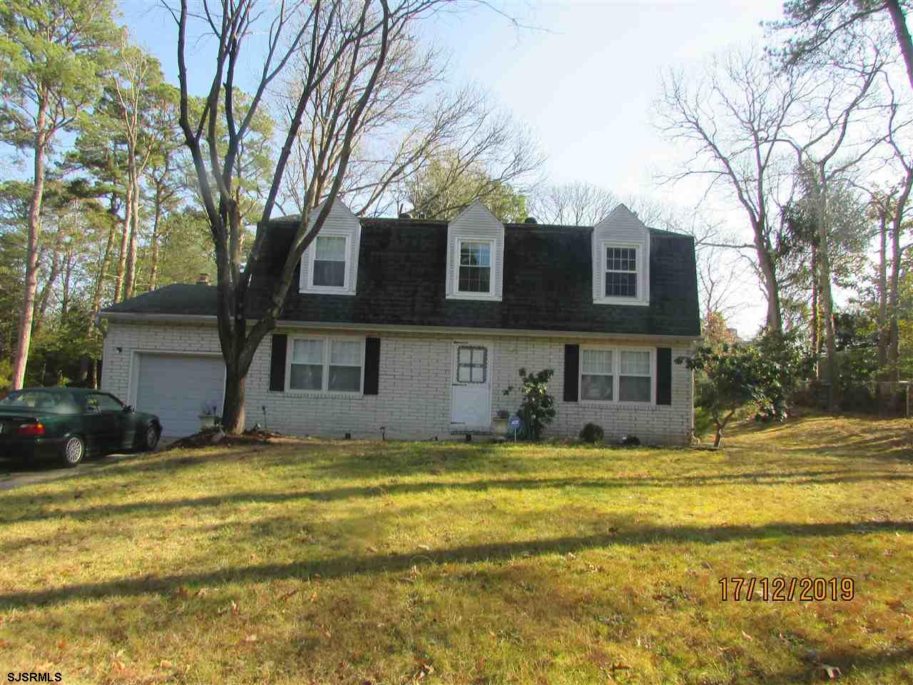 Absecon Shores Colonial on large lot. 2000 sq ft of living space,, hardwood floors in LR & DR, Sunny