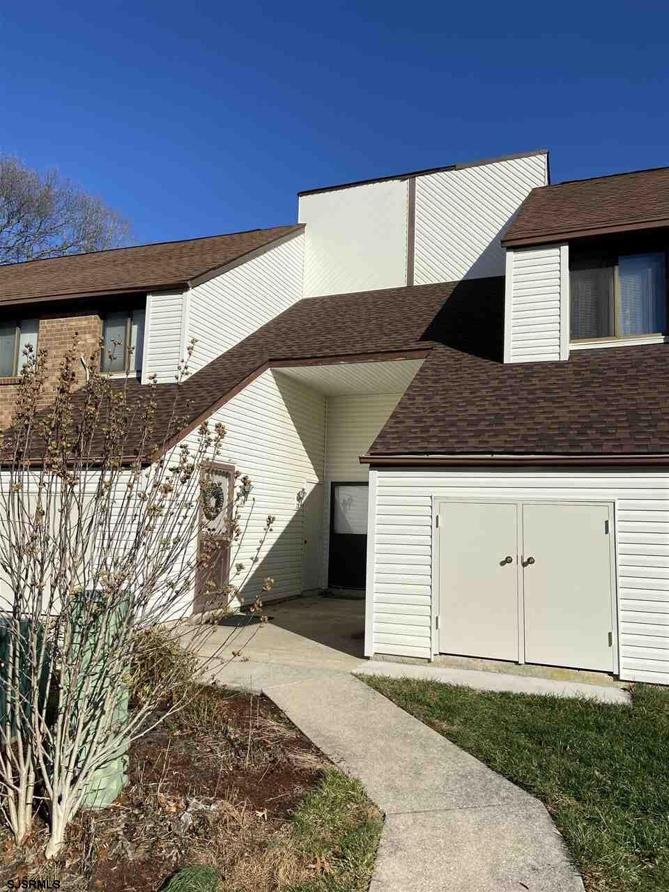 1st floor unit in Country place!!! Check out these recent upgrades: newer natural gas forced air heat / furnace, newer central air, flooring, updated kitchen and appliances, washer/dryer & upgraded bathroom. This is a beautiful condo in Country Place!