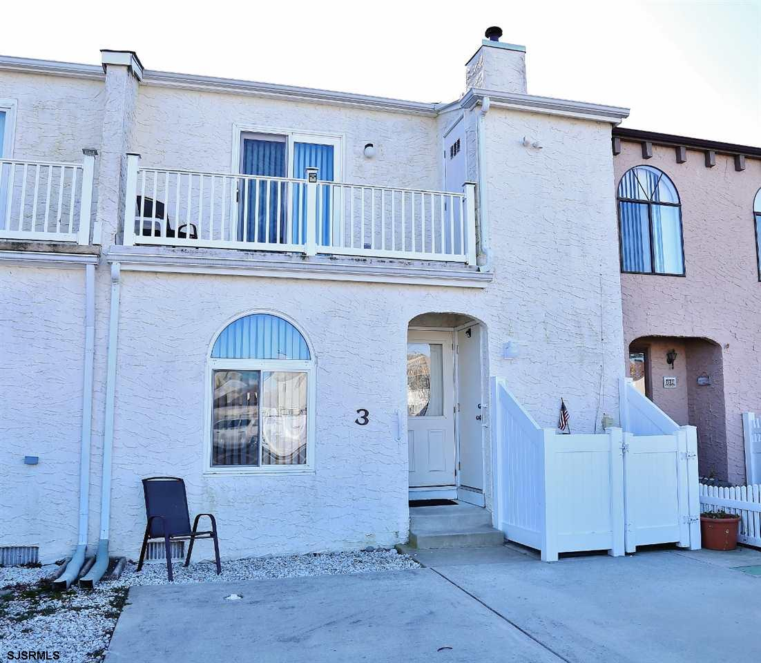 Affordable and well maintained 3 bedroom, 2 1/2 bath townhome in a cul-de-sac of Harborview Villas s