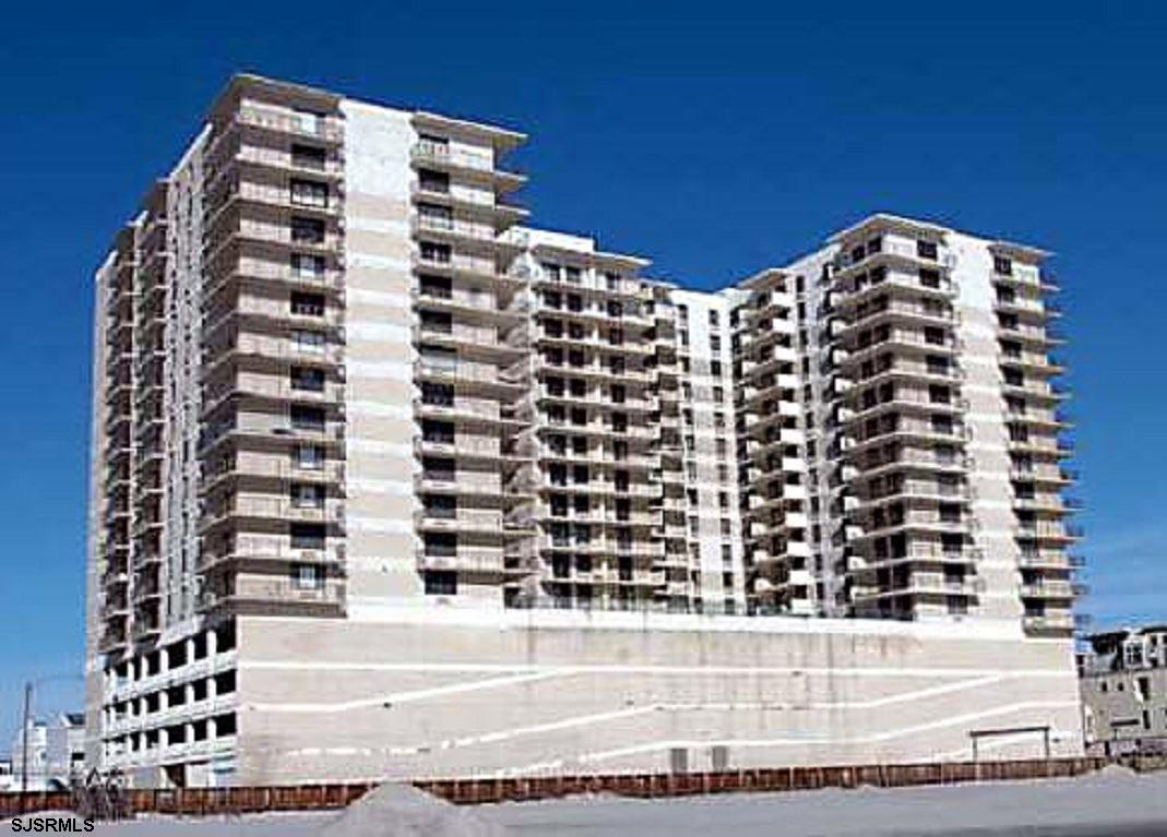 Well maintained 1 bedroom,1.5 bath condo in prestigious Margate beach front building. Unit has a til