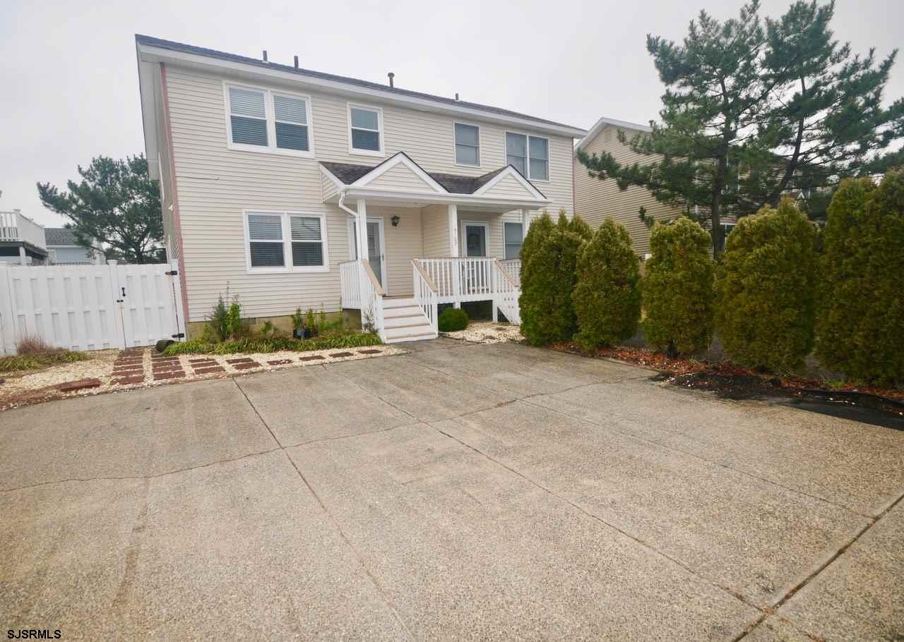 Great South End 3 Bedroom 2.5 Bath Townhome.  Walk 2 blocks to the beach or 2 blocks to the Cove.  B