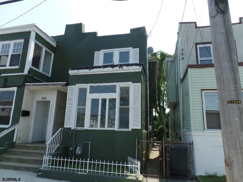 SPACIOUS 3 Bedroom/1 bath with a fenced in back yard. Features Wall to wall carpeting, tile flooring