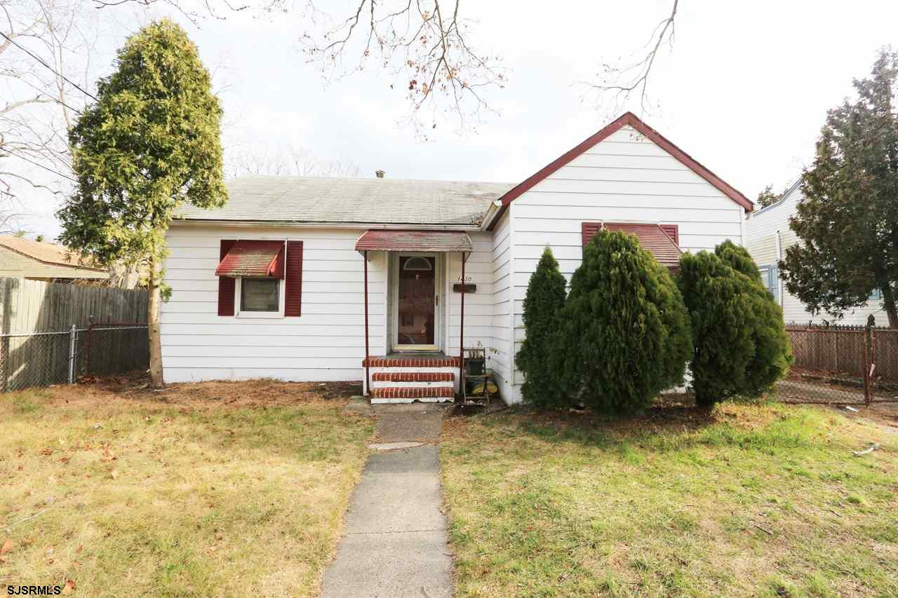 This beautiful house is a good starter home. 3 Bedroom 1 Bath, Oak wooden kitchen with lots of count