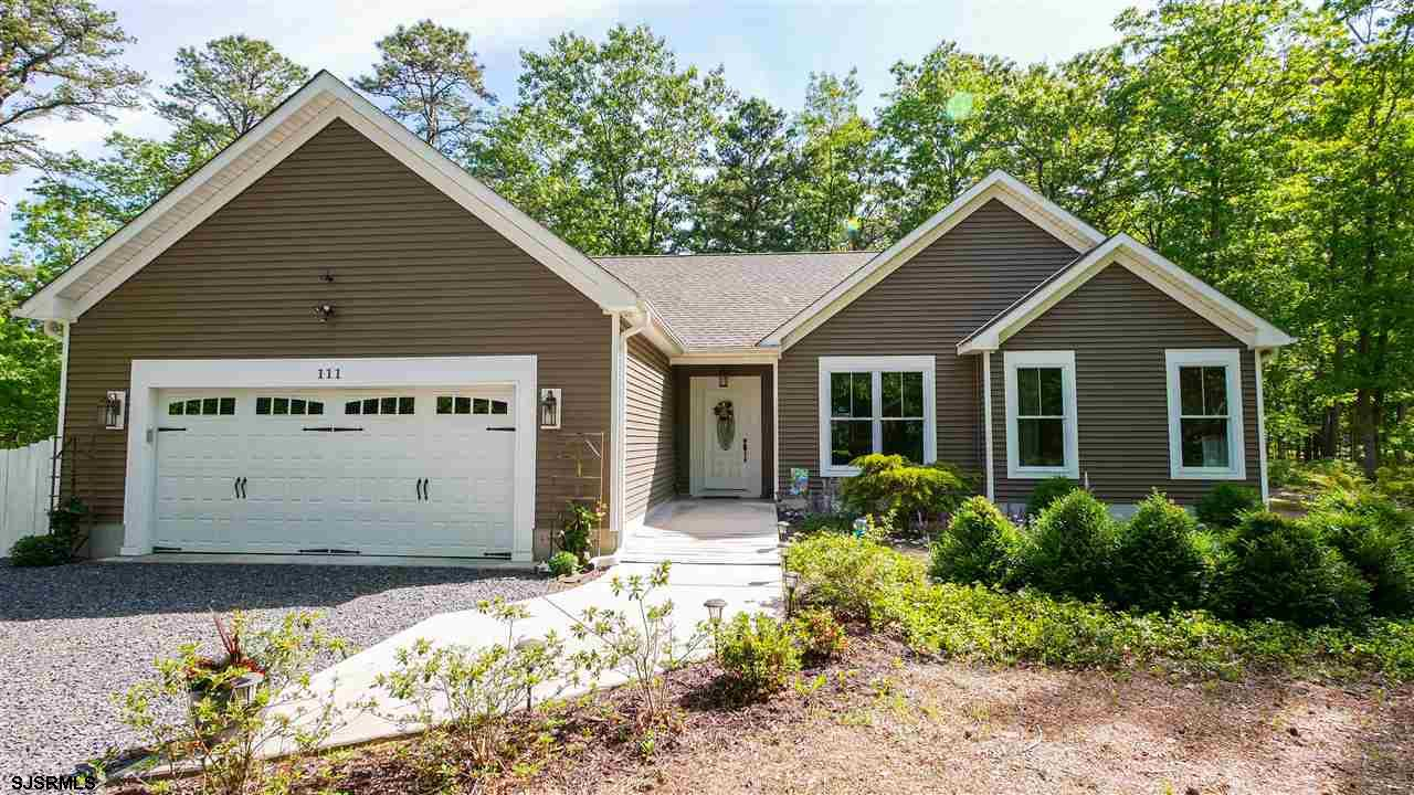 ***Crestview Charmer*** Built in 2016, this house is only 4 years old!!!! Custom RISLEY built ranche