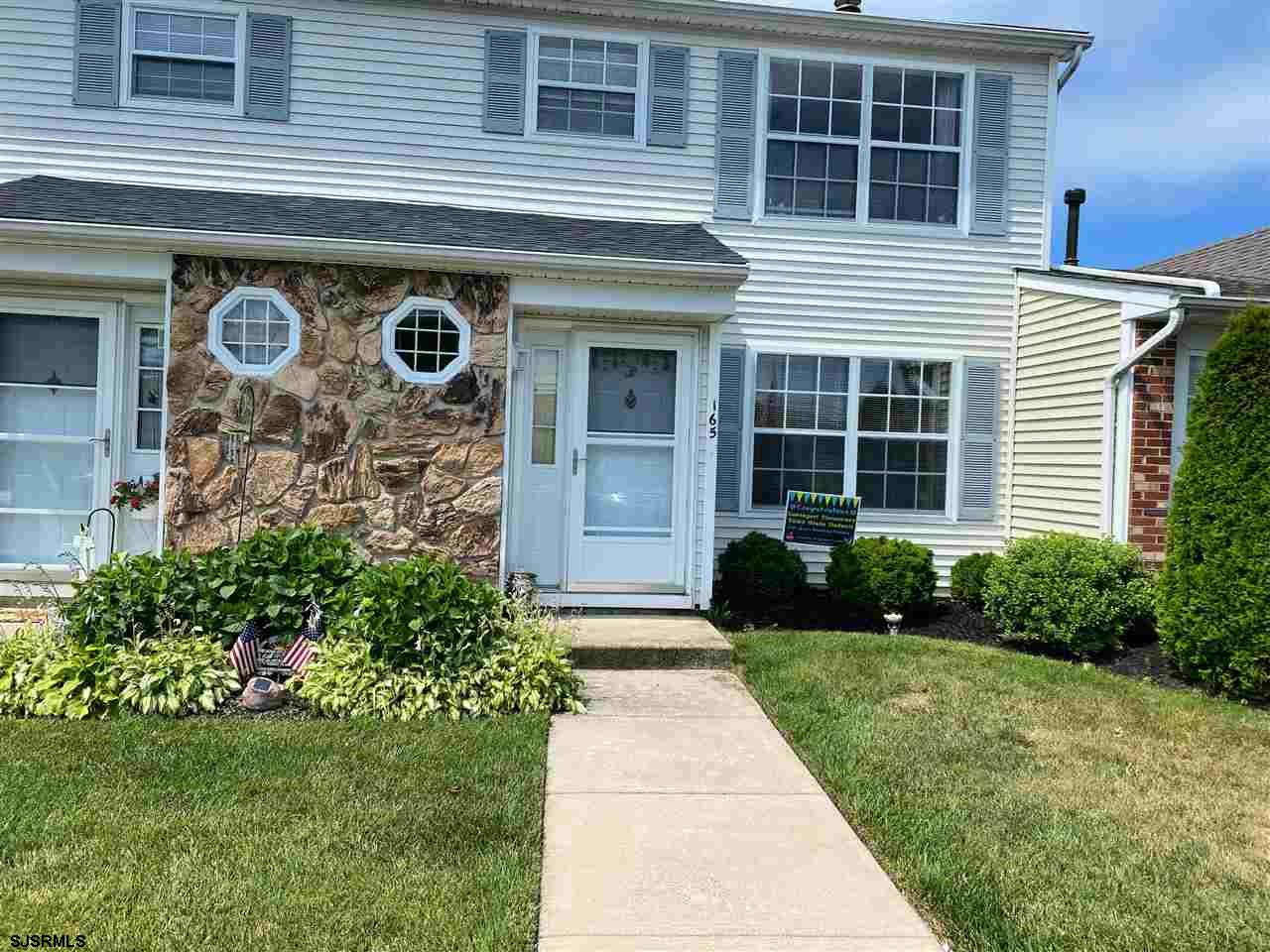CORNER TWO STORY TOWN HOME IN LONDON CT!! Rare and very spacious 2 bedrooms 2.5 bath unit featuring