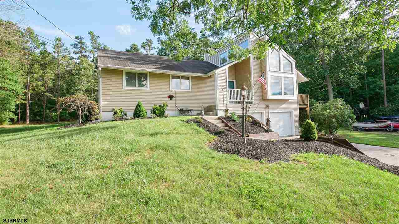 Welcome home to 530 Clarkstown a wonderful contemporary home on corner lot. EIK area,with dining and