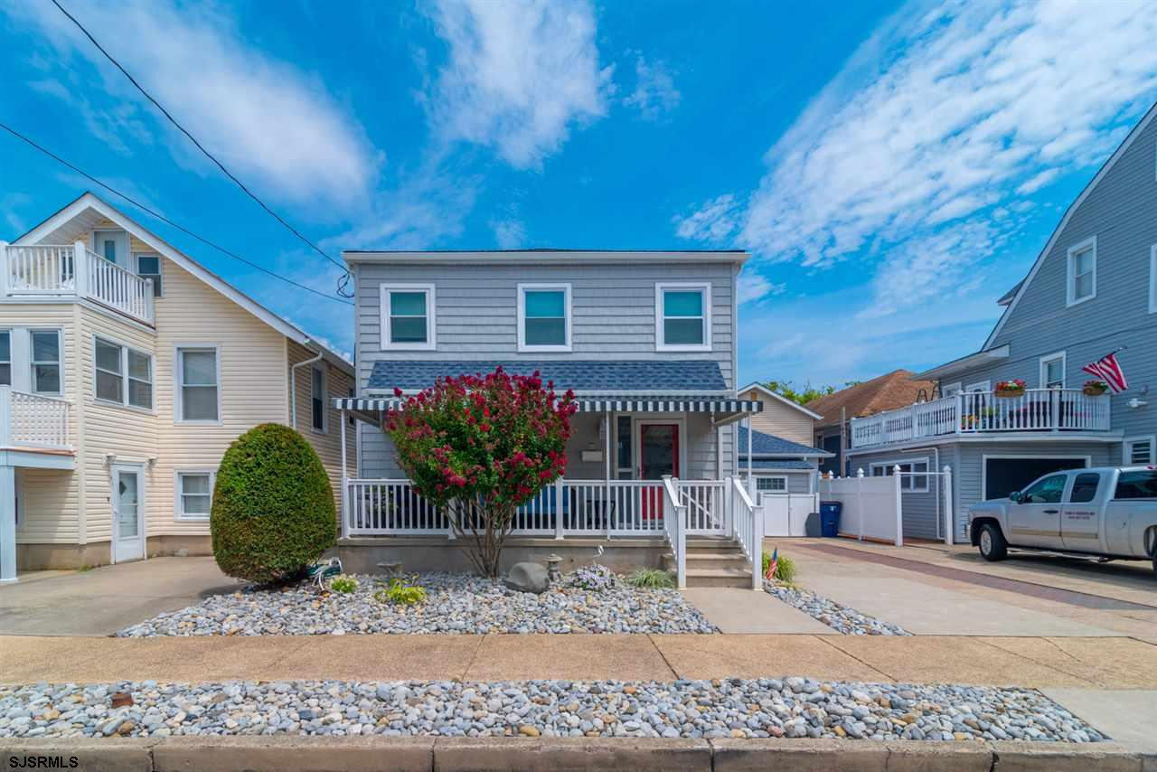 Perfect Beach House, just 2 blocks to a great beach! Home has been very nicely renovated, with new b