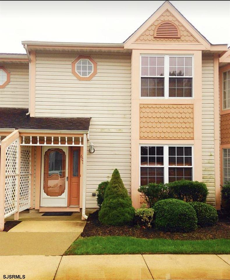Great Townhouse in Historical Smithville. 2 master suites upstairs with private bathrooms. downstair