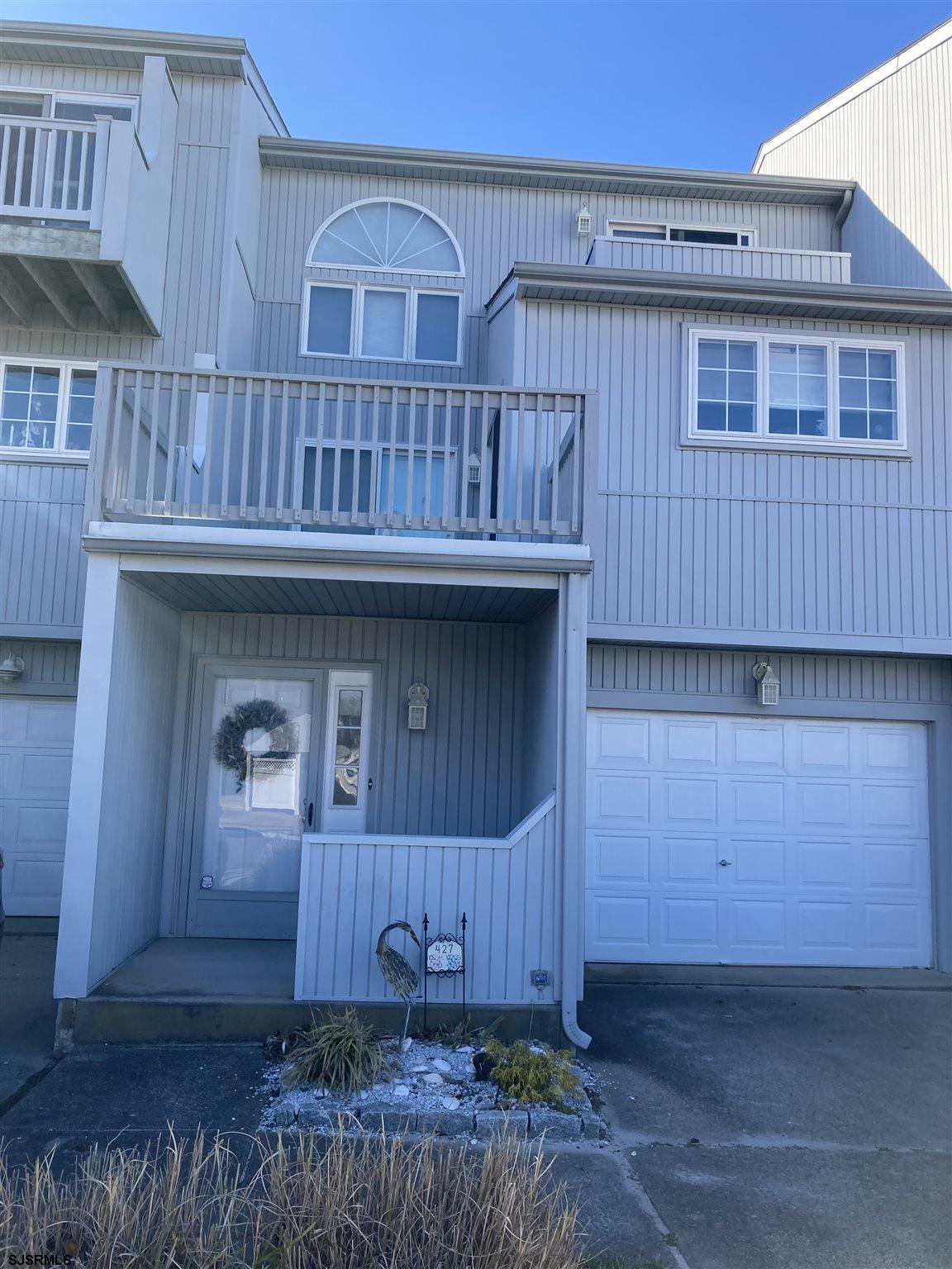 Just in time for the summer!!!  Don't miss out on this great 3 level townhouse at the Moorings. Its