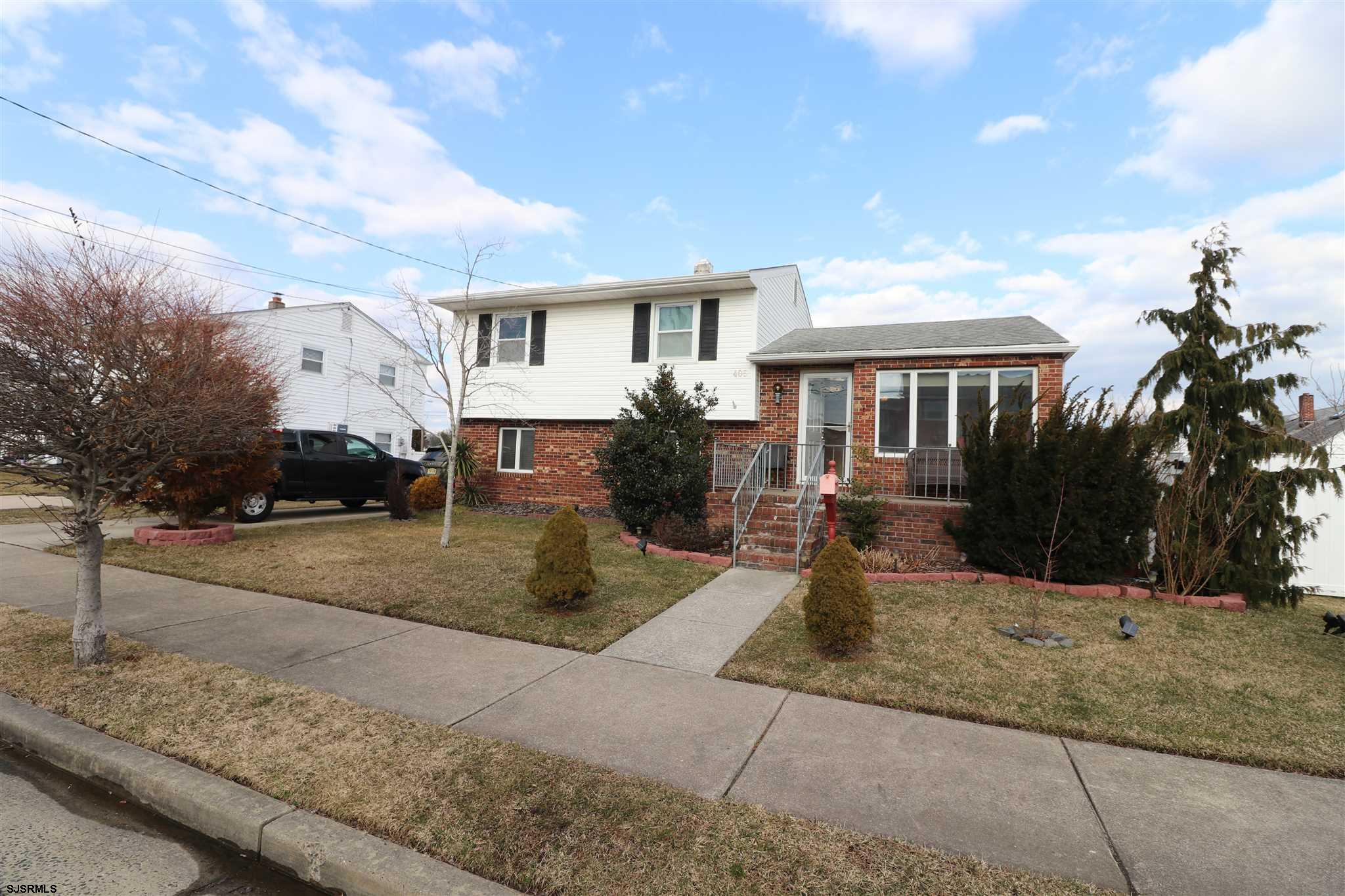 Great Ventnor Heights split level situated on sunny side of beautiful wide street! Spacious family r