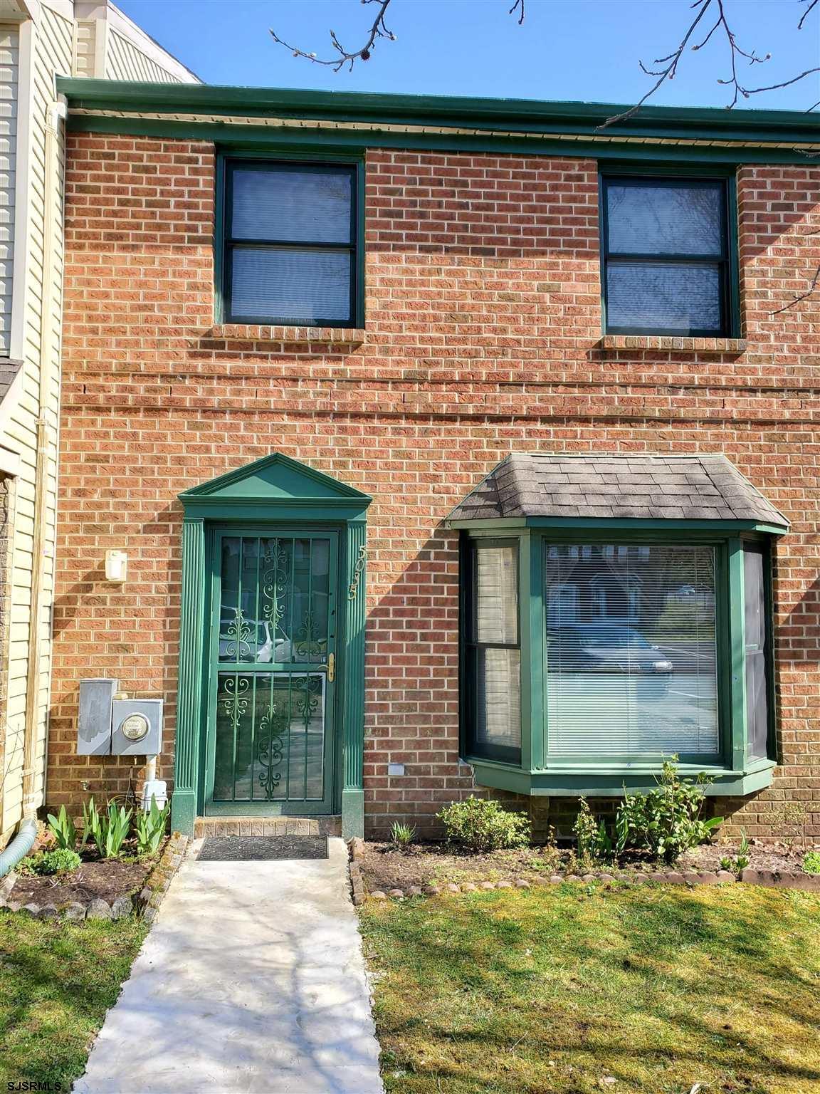 TOWNHOUSE IN OAKCREST 3 BEDROOMS 2 1/2 BATH  WITH BAMBOO HARDWOOD FLOOR,2 FLOOR IS CARPET. FAMILY RO