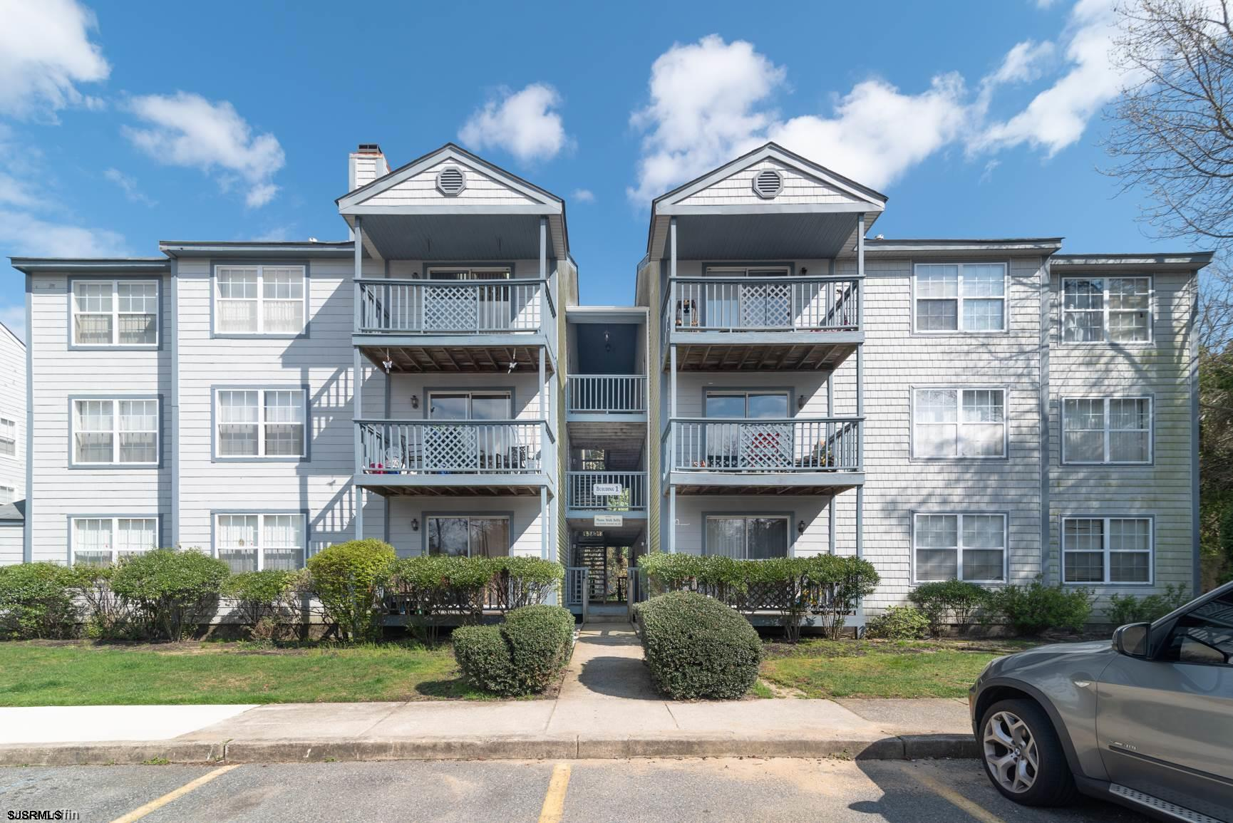 Come on in to this 2 bedroom, 2 bathroom second floor condo in Oyster Bay. Upon entry you will be gr
