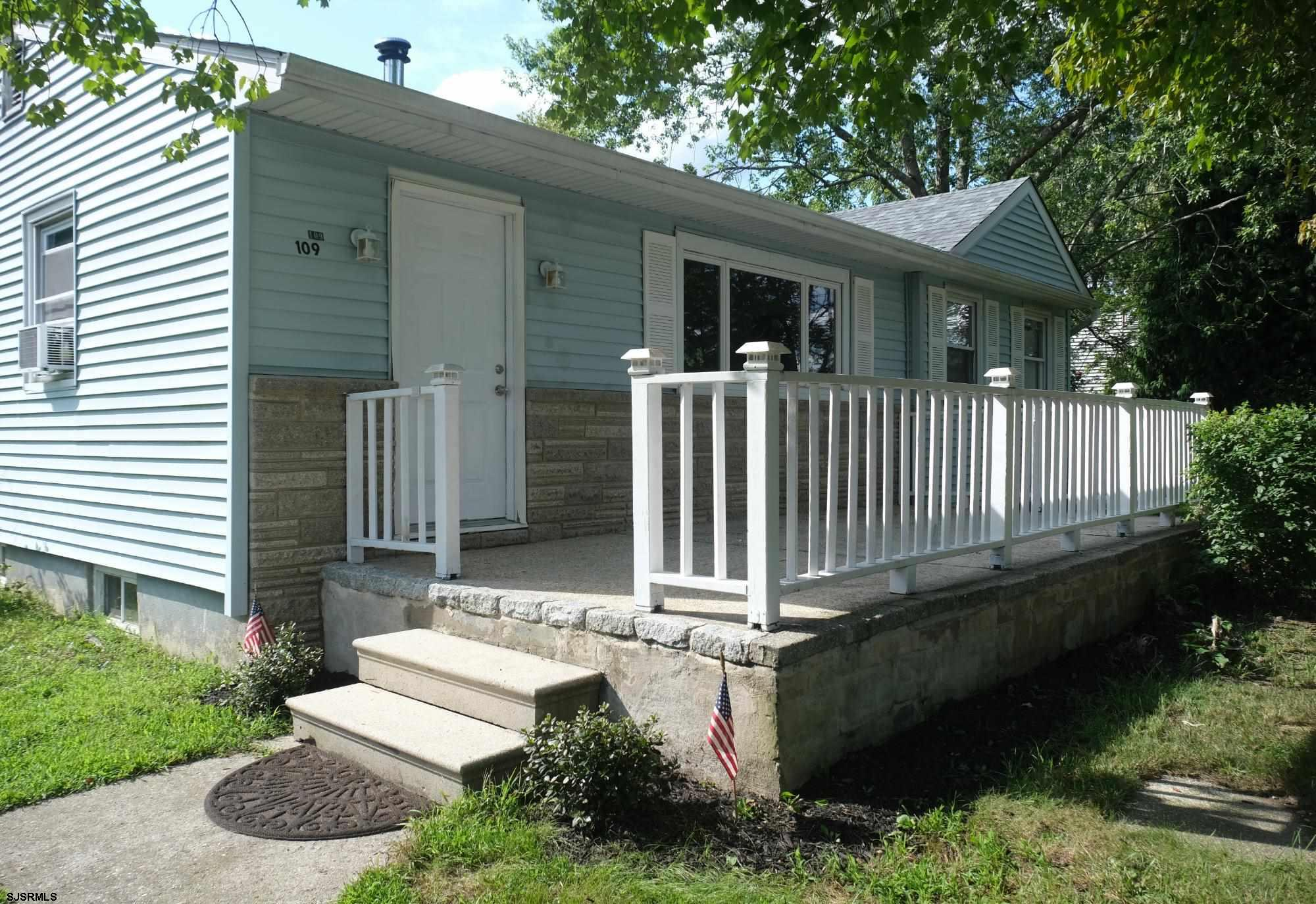 Nice 3 bedroom 1 bath in EHT. Close to shopping, Parkway and Expressway. 15 minutes to AC.  Big priv
