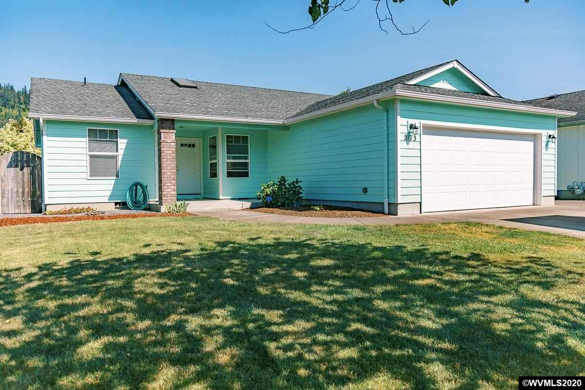 1-level home in a desired neighborhood, in walking distance to Riverview Elem, Santiam River & nearby parks. Featuring vaulted ceilings, spacious kitchen w plenty of cabinet & counter space + an island, a pass through to the family room, huge master suite w double sinks, gas fireplace in living room, big fenced backyard. W serious updates from sellers including: new furnace, air conditioner and and refurbished lawn in '19, carpet in '18, & new 50 gal water heater as well as interior/exterior paint in '17.